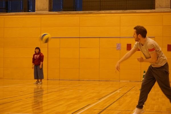 全力でボールを投げる留学生